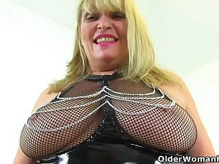 British gilf Alisha Rydes loves teasing in latex